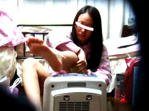 【家庭内盗撮】脇毛、すね毛などカラダのムダ毛処理をする女の子