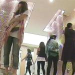 デパートの女子トイレ行列:漏らす寸前の女性のオシッコ噴射盗撮