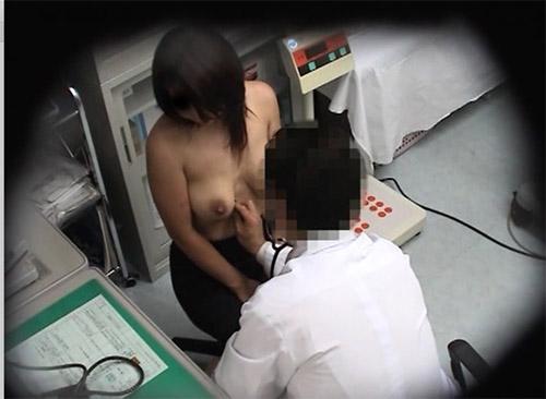 産婦人科で乳房を揉まれ診察台では陰部晒し