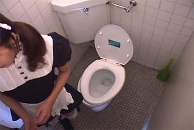 メイドさんが女子トイレに入ってきました