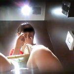 クラス最上位女子のような子もオシッコ中に鼻をほじったりパンツに付いているマン毛を取ったりしている。